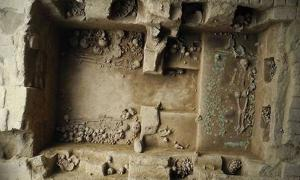 This royal tomb, the eighth discovered in 25 years, is believed to have belonged to a Moche priestess buried 1,200 years ago. The great quantity of artifacts and the complexity of the burial reveal the power and influence this woman wielded in life.