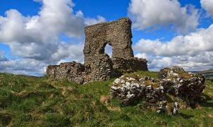 Dunnideer Castle, built on the site of a hillfort with a remaining vitrified rampart.