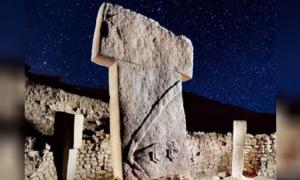 Pillar in Gobekli Tepe (Deriv.) (sebnemsanders) with a starry night sky. (CC0) What can be discerned about the site from Gobekli Tepe archaeoastronomy?