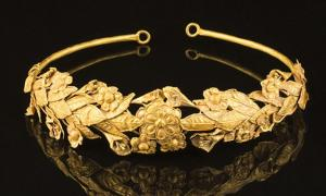 Pensioner finds 2,300-Year-Old Pure Gold Crown Under Bed