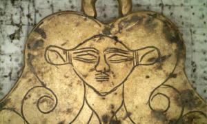 One of the tombs found by the grave of the Griffin Warrior at Pylos includes a gold pendant featuring the likeness of Hathor, an Egyptian goddess who was a protector of the dead. Source: UC Classics