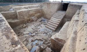 Anthropologist Victoria Peña with the bones found at the Tartessos site in Badajoz