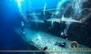 Divers inspecting the underwater site of Yonaguni in Japan. (nudiblue / Adobe stock)