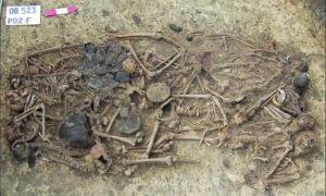 The mass grave of 15 skeletons and grave goods at the Koszyce burial. Source: H Schroeder et al / PNAS.