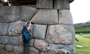 Note the separation between rocks in the Sacsayhuamán Archaeological Park.