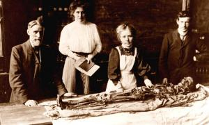 Margaret Murray Unwrapping the Khnum-Nakht Mummy