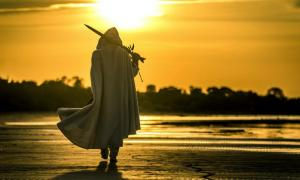 Representation of a medieval knight walking along a beach. Credit: bint87 / Adobe Stock
