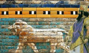 Babylonian/Assyrian king by Angus McBride. (Public Domain) Background: Detail of a relief reconstruction from the processional way that lead to the Ishtar Gate.