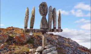 Nenets idol on Bolshoi Tsinkovy island.