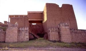 One of the fifteen gateways of ancient Nineveh. A reconstruction was begun in the 1960s by Iraqis, but was not completed. The lower portions of the stone retaining wall are original.