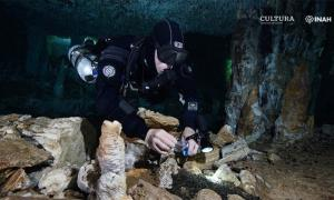Diver Christophe Le Maillot documents the ocher mining activity at the site.   Source: Sam Meacham, CINDAQ. A.C. SAS-INAH / INAH