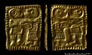 Gold miniature amulet (front and back) from the Åker farm in Hamar, Eastern Norway: Both male and female are depicted without hair, something that is unusual. (Photo: Vegard Vike and Jessica McGraw / Museum of Cultural History, Oslo)