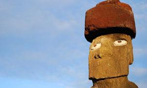 Tahai - Ahu Ko Te Riku, moai adorned with a pukao.