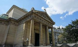 The Chapelle Expiatoire, a chapel in the 8th arrondissement of Paris, where supposed Reign of Terror victims were found in a wall.      Source: Guilhem Vellut from Paris, France / CC BY 2.0