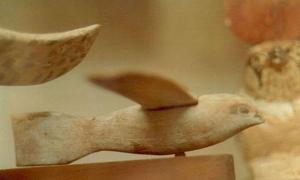 Side view of the Saqqara bird