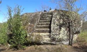Steps leading to an Etruscan rock altar. (Mundo Analogico / YouTube Screenshot)