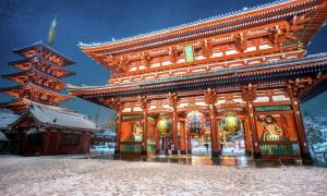 Heavy snow blizzard in Tokyo - Sensoji Temple in Asakusa, Japan. Source: martinhosmat083 / Adobe Stock