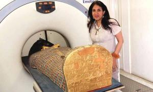 Dr Sahar Saleem placing the mummy of Seqenenre in the CT scanner.