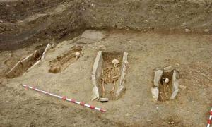 Some of the graves enclosed by stone slabs found in the medieval cemetery of Arganzón.