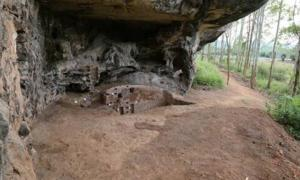 Huangmenyan cave, site of the squatting burial found in China.