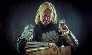 A Medieval knight holding a glass of wine (diter / Adobe Stock)