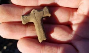 The small Thor's hammer amulet was carved out of sandstone.
