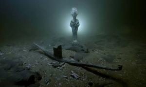 Sunken ships, statues and treasure have been found under water at in bay near Alexandria.