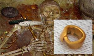 Grave 43 – an elite male burial at Varna. Inset: The small golden bead found in Bulgaria.