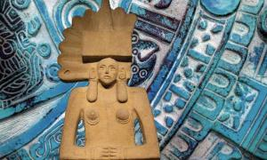 A Huastec Tlazolteotl statue, the British Museum. (The Trustees of the British Museum/CC BY NC SA 4.0) Background: Aztec iconography. (CC0)