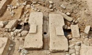 Remains of what appears to be a flush toilet made during the Unified Silla Dynasty in the 8th century have been discovered in a secondary palace in Gyeongju, North Gyeongsang Province, South Korea.