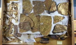 Fragments from a tomb: 100 entire embossed gold applications were ultimately assembled.