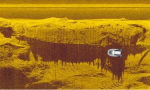A sonar image of the wreck in the Vistula River and the dingy the archaeologists used to search for it, showing the relative size of the ship.            Source: Podwodne wraki Warszawy