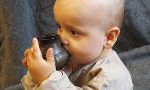 Infant drinking from a replica feeding vessel similar to the type investigated in the new study. Source: Helena Seidl da Fonseca, University of Vienna