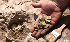 Teenage volunteers taking part in a summer holiday excavation discovered an impressive hoard of rare 24-carat gold coins in Israel dating back to around 1,100 years ago. Source: Yoli Schwartz / Israel Antiquities Authority
