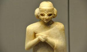 pper part of a gypsum statue of a Sumerian woman. The hands are folds in worship.