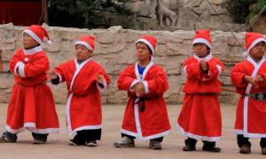 Staff and visitors at the Kingdom of the Little People, Kunming.          Source: Daily Hunt