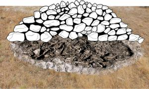 Reconstruction of the original appearance of the megalithic mound of Alto de Reinoso.