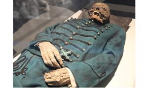 This photo shows the mummy of Michael Orlovits in the Mummies of the World exhibition. Dry air preserved the decease people's bodies and clothing.