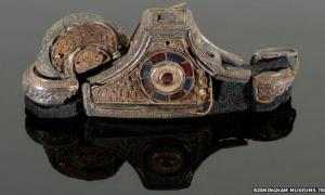 A conservator reconstructed the pommel of a sword of a person with high status.