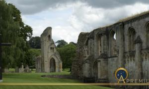 Glastonbury Abbey, legend or King Arthur  (BMDstudio / Adobe Stock)
