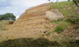 The walls of Khami, Zimbabwe (Wikimedia Commons)