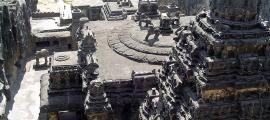 Imagen lateral del templo de Kailash, situado en Ellora (Maharastra, India), y dedicado al dios Shiva. Es famoso por haber sido esculpido en una única formación rocosa. (CC BY-SA 2.5)