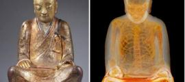 Mummified buddhist master Liuquan. Statue (L), CT scan (R). (Photos: Drents Museum)