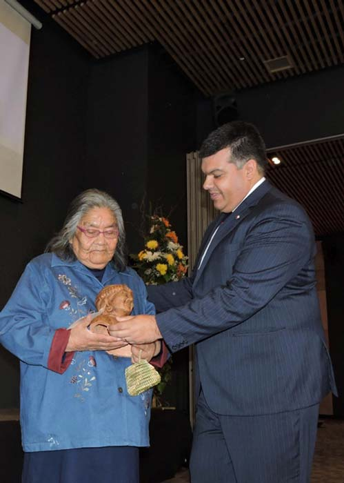 2018, the National Director of the National Indigenous Development Corporation (Conadi), Chile, Jorge Retamal, presented a further award of recognition to Cristina Calderón, the last native speaker of the Yagan language. (Gobernación Antártica Chilena)
