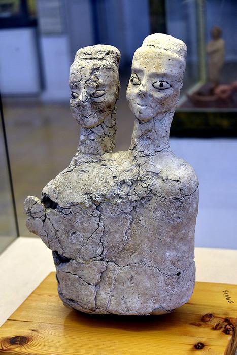 A beautiful two-headed Ain Ghazal statues, possibly a deity. On display at the Jordan Archaeological Museum, Amman, Jordan. (Osama Shukir Muhammed Amin FRCP / CC BY-SA 4.0)