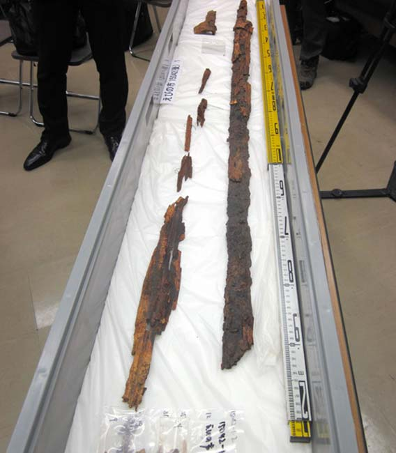 A sword and scabbard found in Ebino, Miyazaki Prefecture, believed to have originally been about 150 centimeters long.